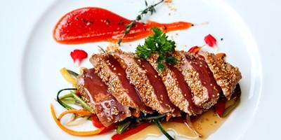 entrantes-tataki-de-tonyina-amb-wok-de-verdures-i-chutney-de-tomaquet