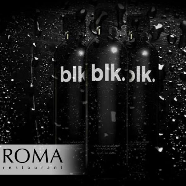 Agua de color negro